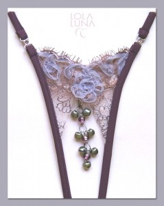 Micro-String Jaipur Open (ouvert) von Lola Luna