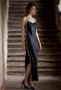 Langes Nachtkleid aus schwarzer Seide von Marjolaine