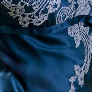 Marjolaine Seide saphir-blau mit Spitze in zart-bleu