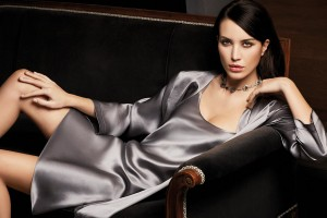Morgenmantel Classico und Unterkleid silber von Luna di Seta